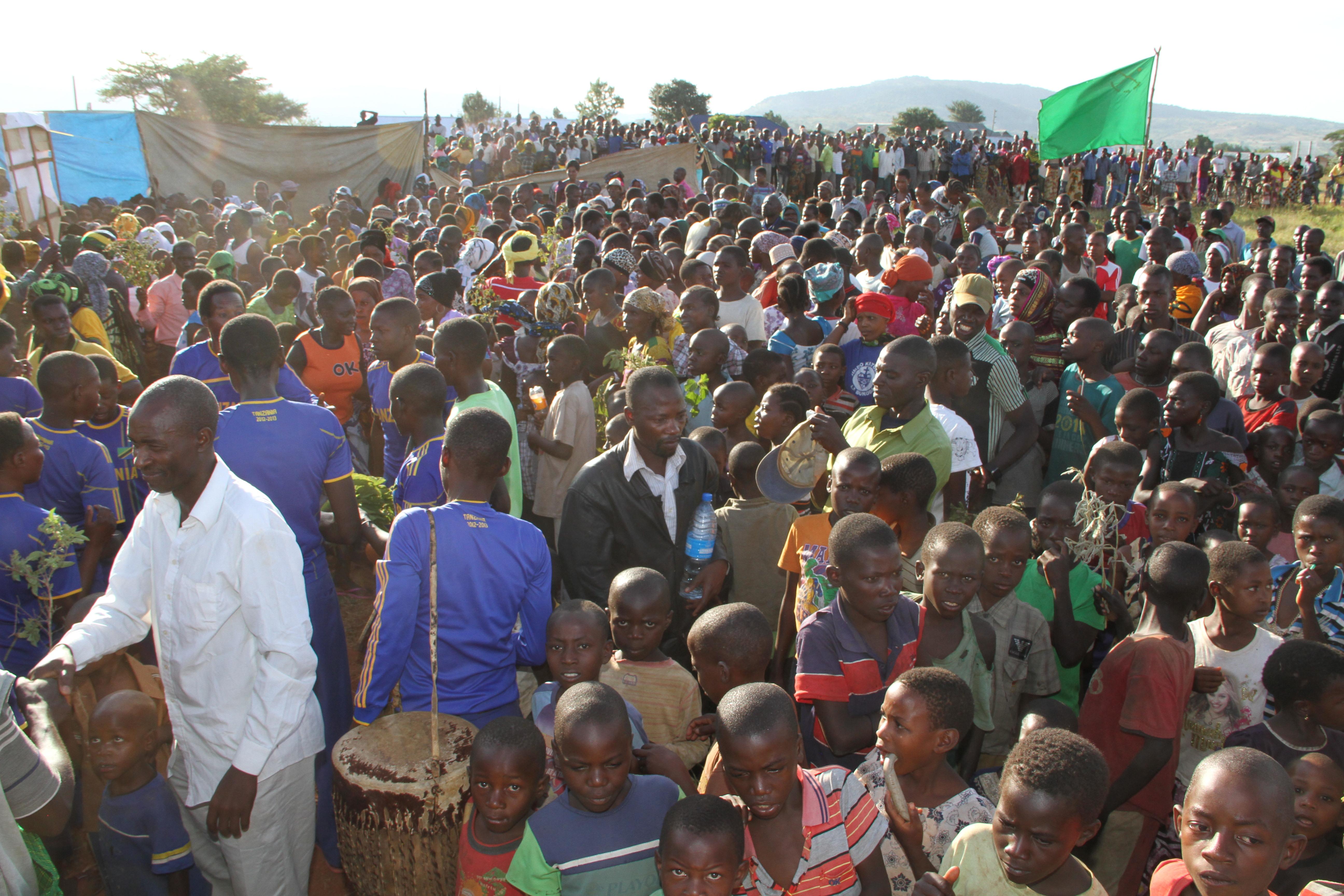 Wakazi wa Kyamyorwa wamejitokeza kumsikiliza Mbunge wa Muleba Kusini, Prof Anna Tibaijuka