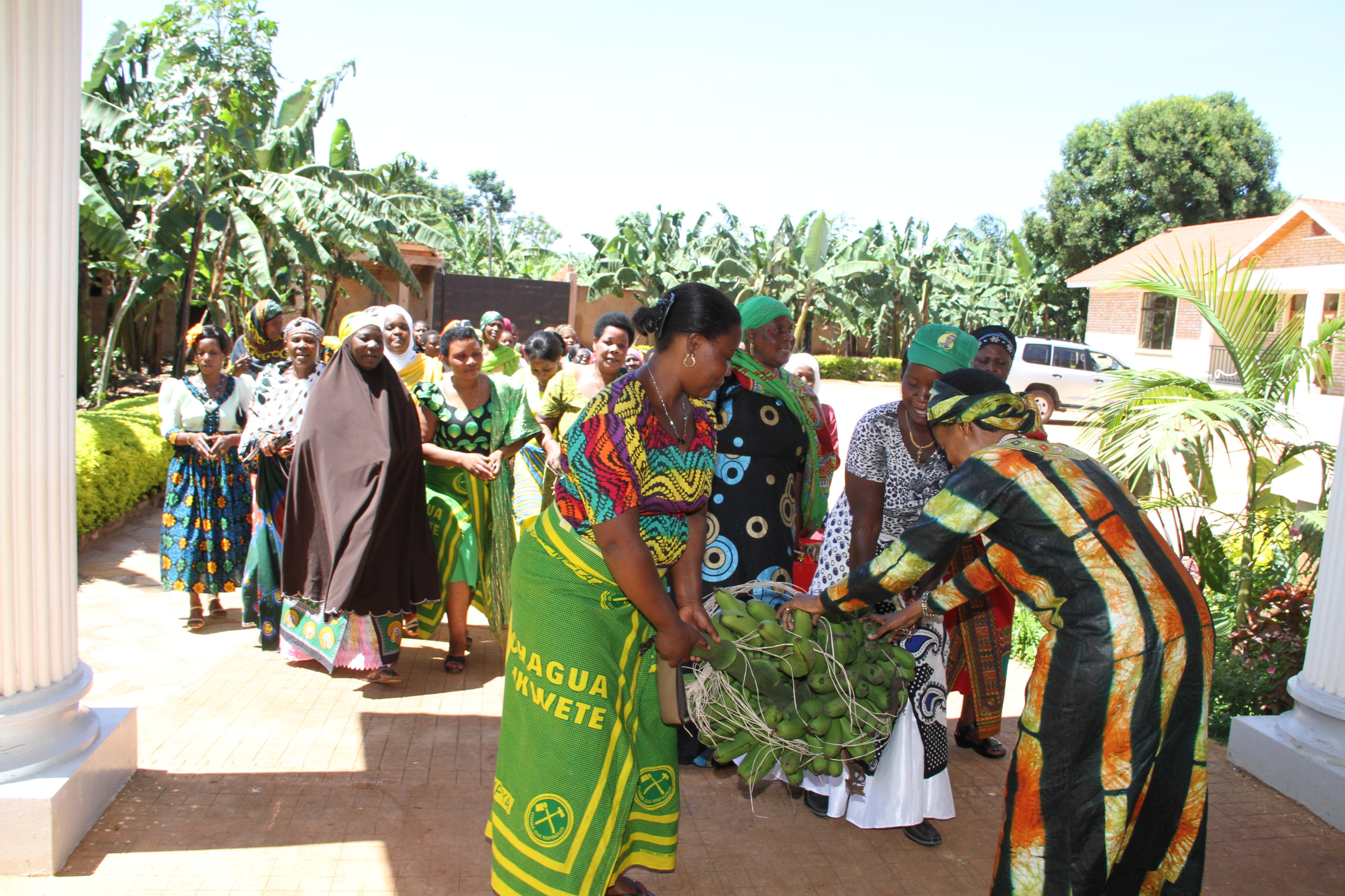Kikundi cha wanawake wakeleketwa wa CCM Muleba wakiongozwa na Nshange katibu wa ccm wilaya ya Muleba wamtembelea Mh Anna Tibaijuka nyumbani kwake  siku ya Pasaka  08-04-2015