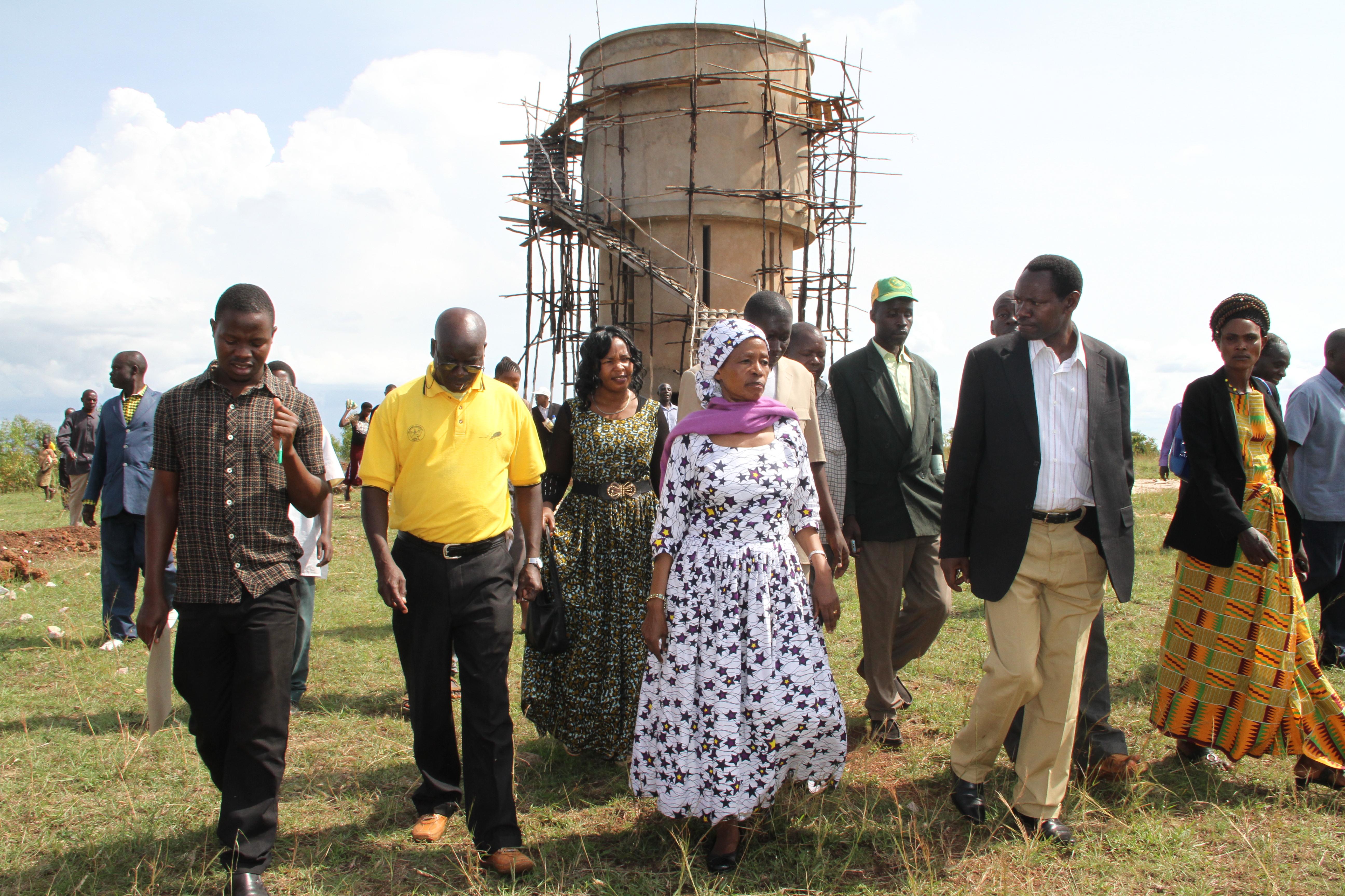 Mh Tibaijuka akikagua miradi ya maendeleo kijiji cha Mubunda,Jimboni Muleba Kusini