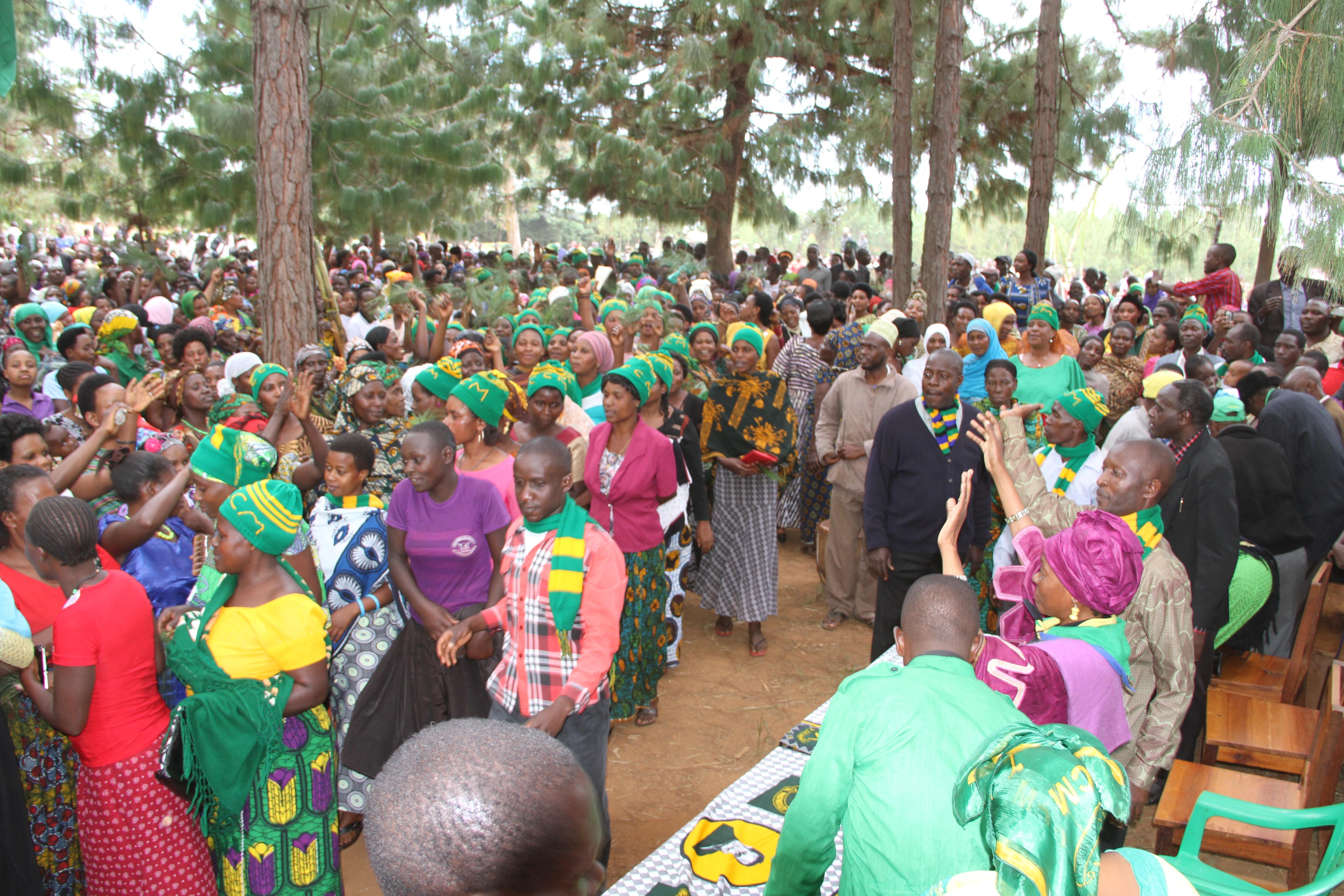 Mbunge wa Muleba Kusini Mh.Prof  Anna Tibaijuka akizungumza na wakazi wa kijiji cha Kagazi