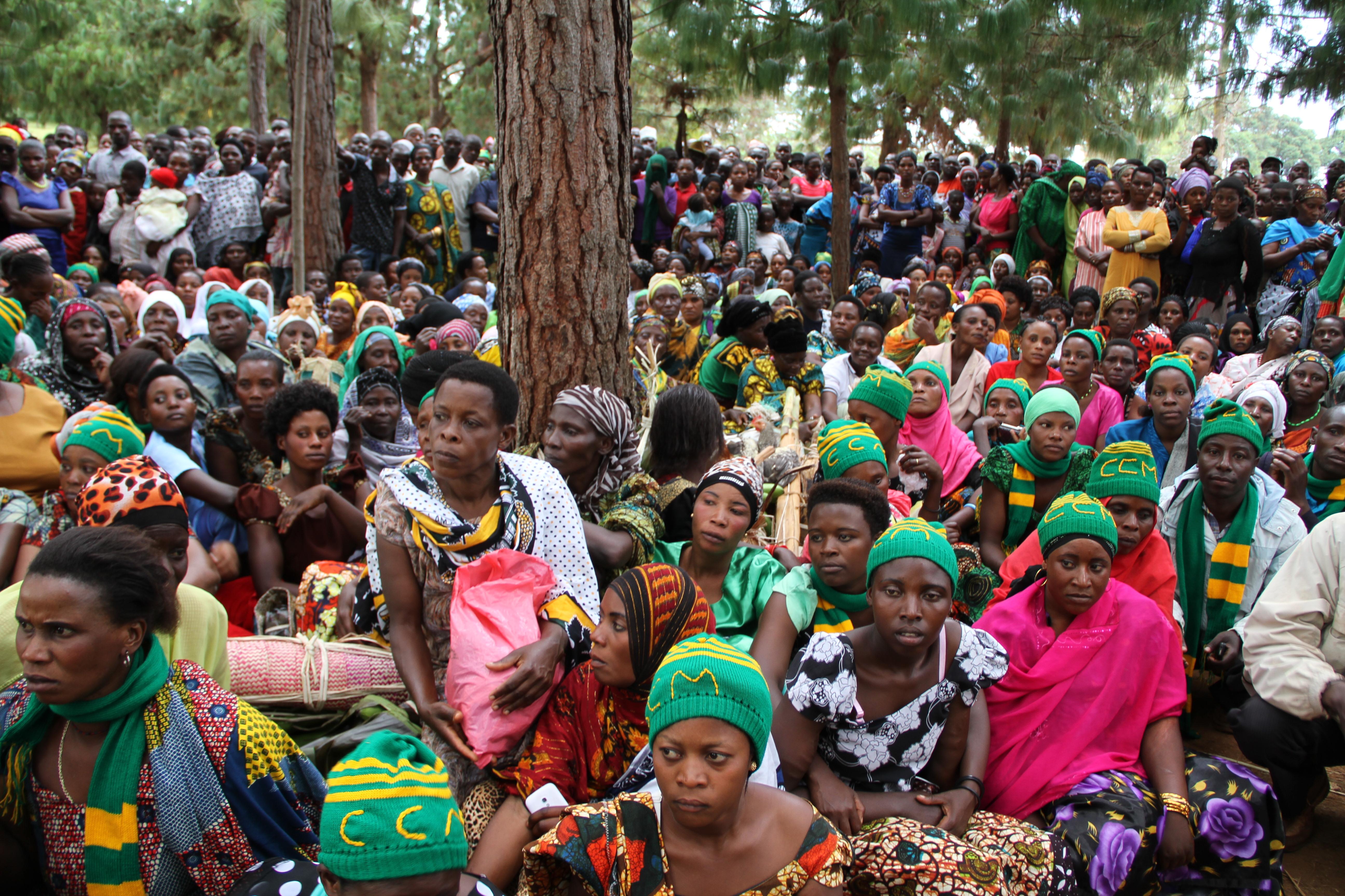 Wakazi wa Kijiji cha Kagazi kata ya Nshamba wakimsikiliza Mh Prof Anna Tibaijuka Mbunge wa Muleba Kusini