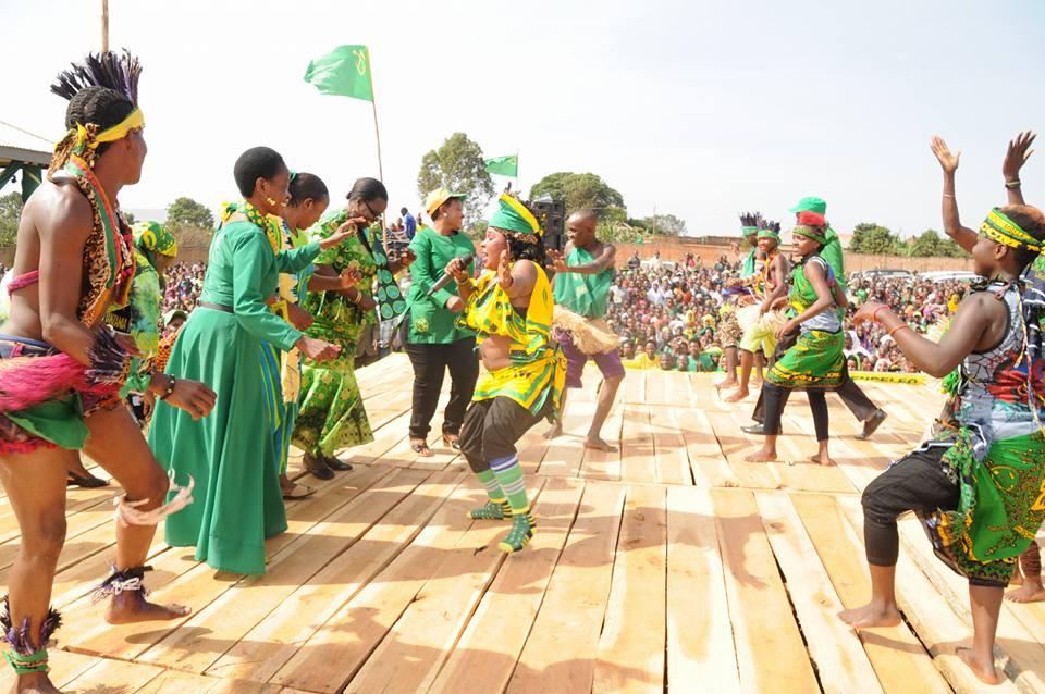 Prof Tibaijuka akicheza na Saida Kalori katika uzinduzi wa kampeniza ubunge Muleba Kusini