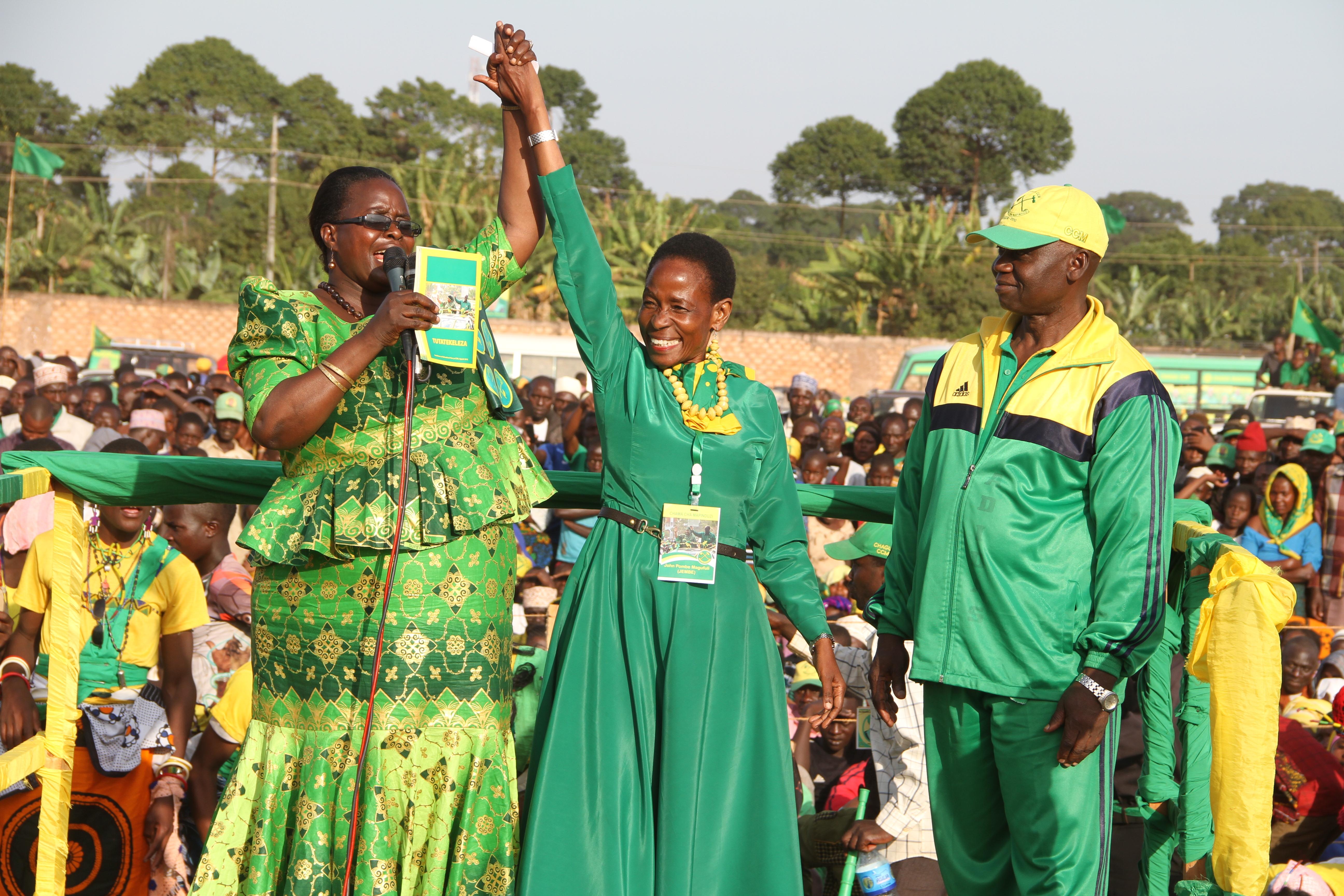 Prof Anna Tibaijuka akikabidhiwa ilani ya CCM katika uzinduzi wa kampeni za ubunge Muleba Kusini  katika  uwanja wa David B. Zimbihile