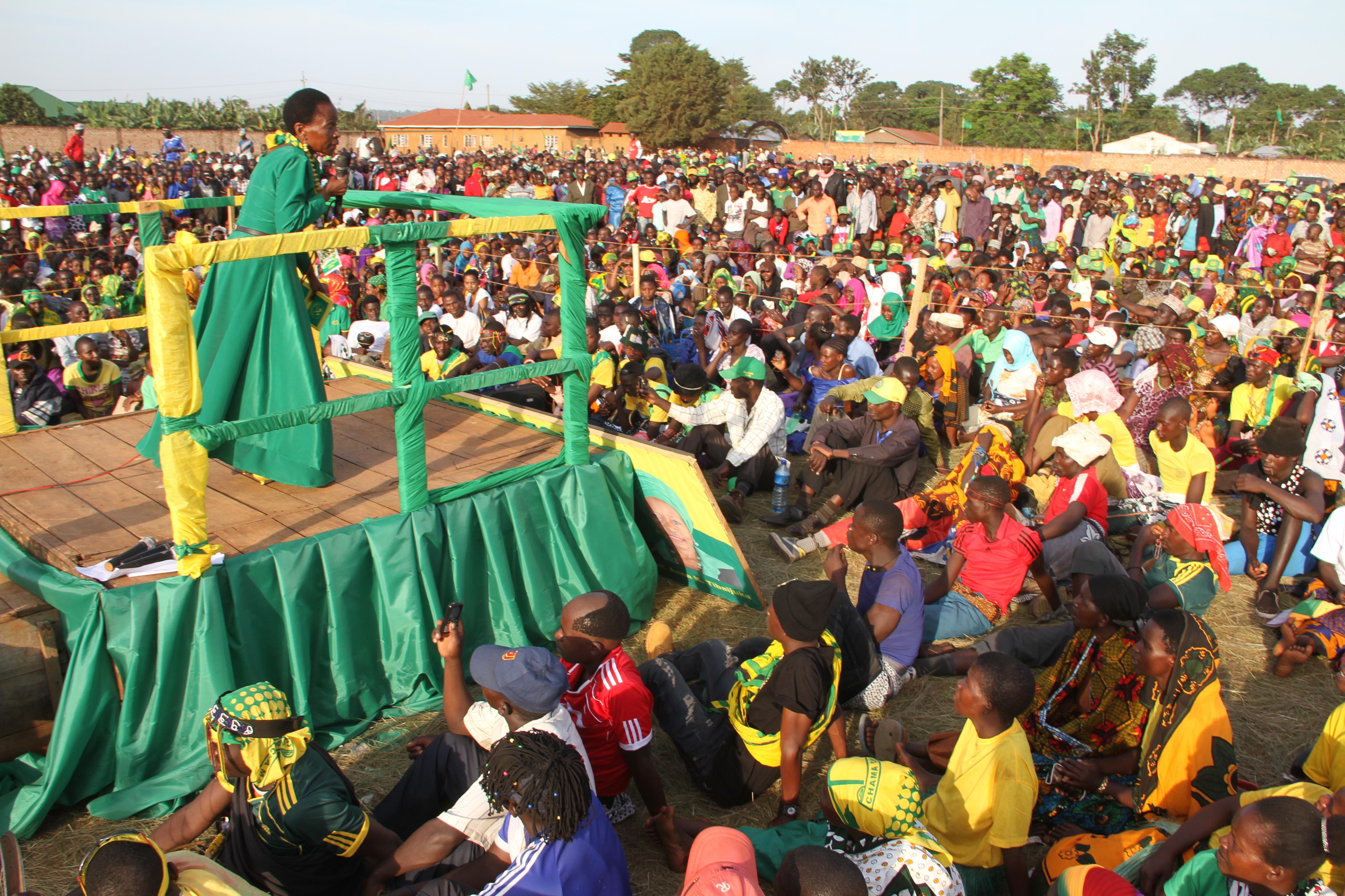 Prof Anna Tibaijuka akihutubia wananchi wa Muleba kusini katika uzinduzi wa kampeni za ubungezilizofanyika  uwanja wa David B. Zimbihile