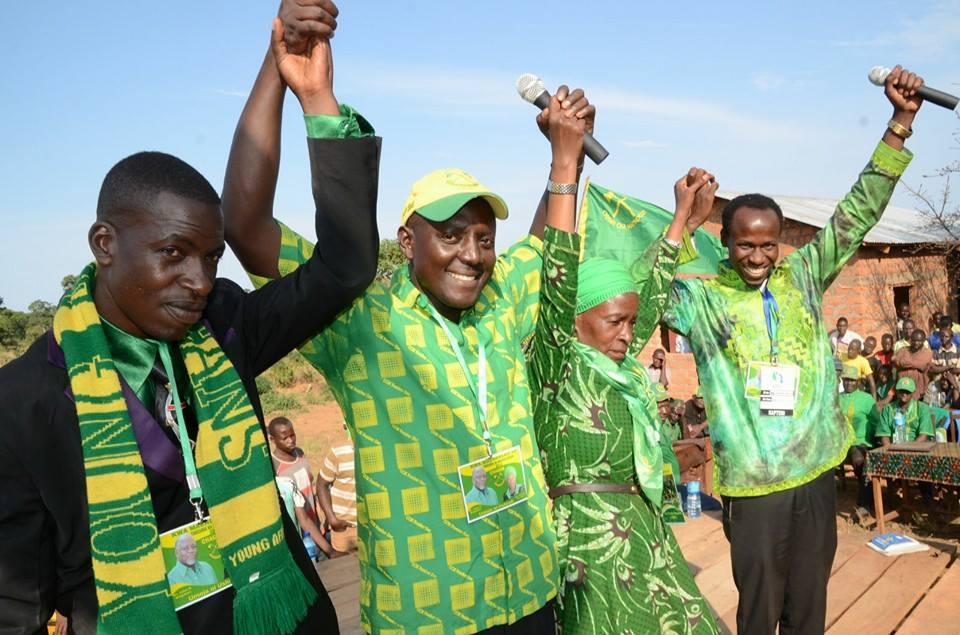 Mh Anna Tibaijuka akiwanadi diwani wa Mazinga na diwani wa Muleba Mr Tuma na Mnawalu tarehe 2392015