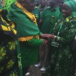 Prof Anna Tibaijuka akisalimiana na Mh Benjamini Mkapa mara alipowasili uwanja wa ndege wa Bukoba