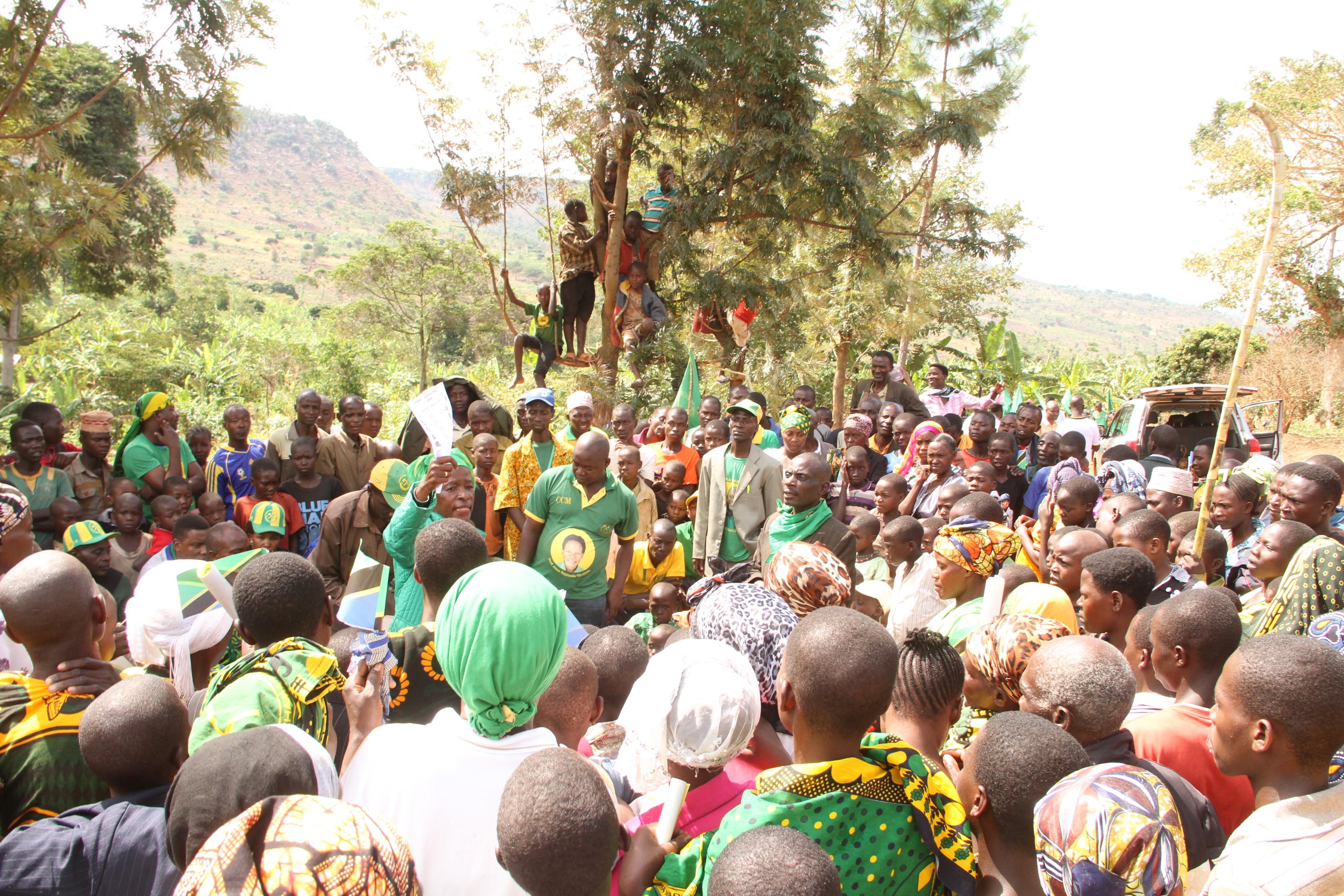 Wakazi wa kitongoji cha Rugashakata  ya Karambi walimsikiliza mgombea ubunge Muleba Kusini Prof Anna Tibaujuka.