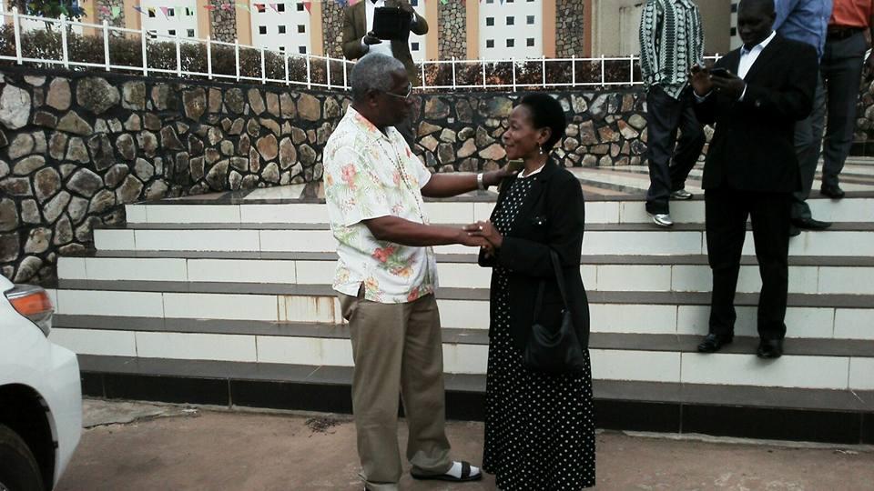 Prof Anna Tibaijuka(MB) akisalimiana na Bw James Rugemalila  mara baada ya kutoka katika misa ya jumapili iliyofanyika kanisa la Kasaidolo,Bukoba