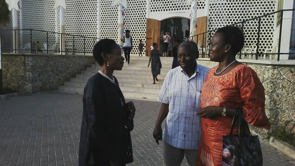 Prof Anna Tibaijuka(Mb) akisalimiana na marafiki zake mara baada ya misa ya jumapili