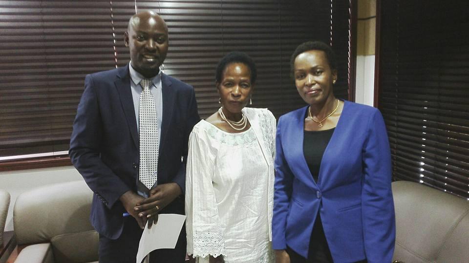 Mh. Prof Anna Tibaijuka(MB) akiwa na wafanyakazi wa Azam TV alipotembelea studio za Azam TV jijini Dar es salaam