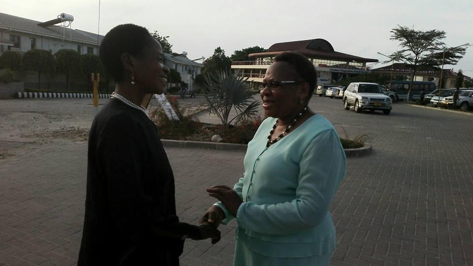 Prof Anna Tibaijuka(mb) akisalimiana na mwanafunzi mwezake wa sekondari walipokutana mara baada ya misa ya jumapili 10-01-2016
