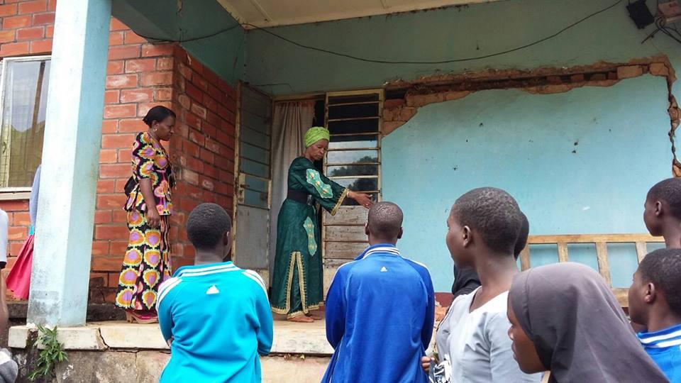 Prof Anna Tibaijuka alipotembea waathirika wa tetemeko la ardhi mkoani Kagera